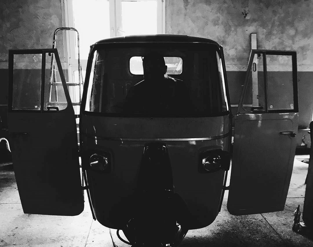 Ape Piaggio w warsztacie z otwartymi drzwiami