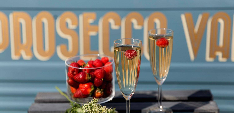 Dwa kieliszki wina prosecco z truskawkami