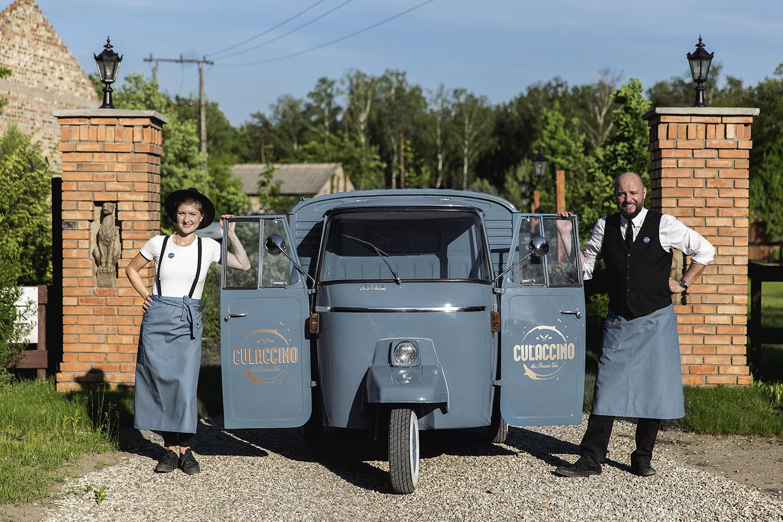 Dwójka kelnerów trzymająca drzwi od prosecco vana