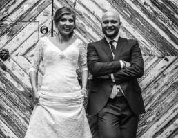 Atrakcyjna i radosna Panna Młoda i Pan Młody w dniu ślubu, młoda para