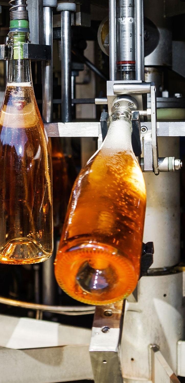 Wino z kija nalewane do nalewaka gastronomicznego