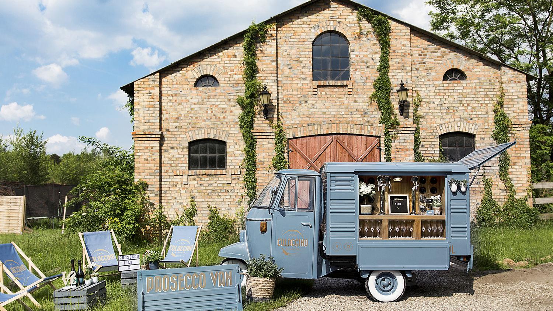 Niebieski prosecco van ulokowany bezpośrednio przed salą weselną